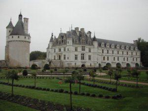 le chateau de chenonceau est un magnifique monument au dessus du cher